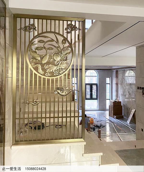 拉丝黄古铜不锈钢边框铝板雕刻屏风实景图